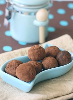 Homemade truffles- I'm starting to think that I may go the homemade route when it comes to giving people Xmas gifts.  It'll probably be bark or truffles... hmmm. Thoughts?