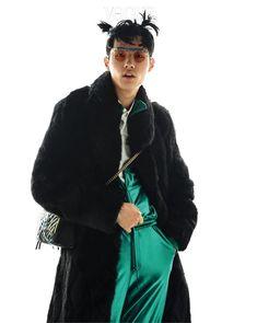 짙은 브라운 컬러의 인조 모피 코트는 87mm, 화이트 셔츠는 돌체앤가바나(Dolce&Gabbana), 청록 트레이닝 수트는 유즈드 퓨처(Used Future), 연필 장식의 유니크한 선글라스는 젠틀몬스터×헨릭 빕스코브(Gentle Monster×Henrik Vibskov), 그래피티 백은 구찌.