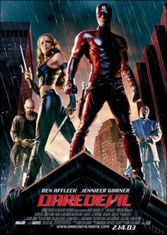 DVD CINE 1052  - Daredevil (2003) EEUU. Dir: Mark Steven Johnson. Fantástico. Sinopse: o avogado Matt Murdock é cego por mor dun residuo radioactivo, pero os seus outros catro sentidos están especialmente agudizados. De día, Murdock representa aos oprimidos. Pola noite, é Daredevil, un heroe enmascarado que vixía as escuras rúas da cidade e loita contra toda clase de inxustizas.