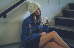 street style, tenis branco, vestido, preto, inverno, ca, hat, gorro, touca, look ,adidas, jaqueta,jeans, jacket, girl, tumblr, inspireid, inspiração, photo, coffe, fall, escad,patch, patcher, trend