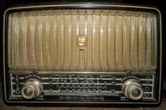 Espectacular Radio Philips Antiguo De Tubos RADIO ANTIGUO PHILIPS A TUBOS ,TIENE TODAS SUS PARTES INTERNAS ORIGINALES COMO SE PUEDE OBSERVAR EN LAS FOTOS,CONSERVA SU TAPA TRASERA ES MUY ESCASO DE CONSEGUIRLOS ASI,SU CARCASA ES DE VAQUELITA OJO NO FUNCIONA SE VENDE EN EL ESTADO QUE ESTA