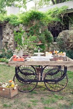 So charming for a rustic wedding dessert table! I want this table. Deco Champetre, Reception Food, Outdoor Furniture Sets, Outdoor Decor, Outdoor Buffet, Outdoor Entertaining, Outdoor Gardens, Rustic Wedding, Wedding Desert