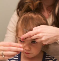 I've seen some moms struggling to get straight lines when cutting their babies or toddler's bangs. Often they give up and go to the salon. I'm all about easy, cheap and getting go… Baby Girl Haircuts, Toddler Haircuts, Haircuts With Bangs, Little Girl Hairstyles, Toddler Haircut Girl, Kids Hairstyle, Toddler Bangs, Baby Bangs, Baby's First Haircut