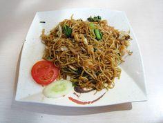 ミーゴレン(インドネシア語でMi goreng) は、インドネシア、マレーシア、シンガポールなどの焼きそば料理。調味料にケチャップマニスを使用するので日本のソース焼きそばに近い外見になる。ケチャップマニス(マニスは「甘い」の意味)を使うため甘口ではあるが、ニンニク、トウガラシ、魚醤などを使用するので日本人にとっては「スパイシーなエスニック風焼きそば」と受け止められている。現地では人気の定番麺料理であるが、戒律の厳しいイスラムが多い多宗教地域であり、外食産業で作られるミーゴレンは鶏肉とエビなどが使われることが多く、豚肉は使われないことがほとんどである。