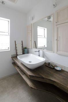 深い色合いが美しい洗面台の様子