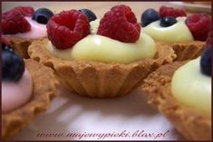 Babeczki z budyniem i owocami Polish Recipes, Polish Food, Dessert Drinks, Muffins, Cheesecake, Good Food, Food And Drink, Cooking Recipes, Cupcakes