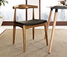 Cadeira Carina em madeira natural, com assento em couríssimo preto. Uma cadeira resistente, robusta, ideal para a vida toda. Foi criada por Hans J. Wegner, um designer treinado como marceneiro.   Clique aqui para mais detalhes⬇️⬇️⬇️