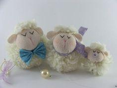Você pode deixar o quarto do seu bebê mais charmoso com esse lindo móbile de ovelhinhas! Elas são muito fofas e delicadas. Têm o papai, a mamãe e o filhinho ou filhinha. Também podemos incluir mais menbros da família. Podemos fazer com a chupeta e detalhes da cor que você quiser.  Ele é formado p...