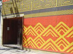 """Como já é de praxe, a Clube Chocolate se prepara para a semana de moda com uma homenagem às raízes culturais brasileiras. A diretora de visual merchandising da loja, Isabela Miralha, aproveitou a enorme fachada da loja, de 10 m de altura, que recebe uma série de desenhos de grafismos indígenas. """"É um espaço incrível que temos na Oscar Freire, como se fosse um outdoor"""", diz. http://www.modaria.com.br/lermais_materias.php?cd_materias=246"""