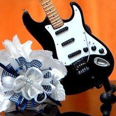 Bomboniere originali a forma di mini chitarra per matrimonio a tema musicale