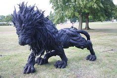 Humor cool lion sculpture tires art