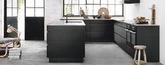 Svart, exklusivt och enkelt. Den nya svartbetsade Mano Sera-luckan med den stilrena grepplösa designen rymmer massor av flexibla, funktionella lösningar och inredningsmöjligheter.