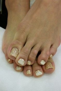 The advantage of the gel is that it allows you to enjoy your French manicure for a long time. There are four different ways to make a French manicure on gel nails. The choice depends on the experience of the nail stylist… Continue Reading → Great Nails, Love Nails, Manicure E Pedicure, Manicure Ideas, Glitter Pedicure, White Manicure, White Gold Nails, Gold Toe Nails, Bridal Toe Nails