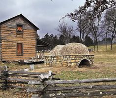 Saint Joachim Roman Catholic Church, Région de Vielle Mines (Old Mines, Missouri), USA - log cabin and community ovens