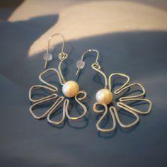 Pearl+2+V+jednoduchosti+je+krása...+kova+perly...+Každou+půlkytičku+z+tepané+oceli+zdobí+velká+bílá+říční+perla...+Délka+náušnic+je4+cm...