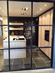 Keuken ontwerp; hout met zwart en een betonlook werkblad