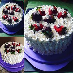 Meu delicioso bolo de morango #amoconzinhar morangos coberto com chocolate muito simples e fácil de fazer Faby.paodemeloficial🐝🐝🐝🐝🐝🐝amo muito tudo isso