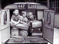 enfants photos - Page 24 Vintage Pictures, Old Pictures, Old Photos, Robert Doisneau, Fotografie Hacks, Jolie Photo, Black And White Pictures, Vintage Photographs, Vintage Children