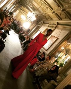 Buenos días! Recordando las maravillas vistas ayer en @ateliercoutureofficial como este espectacular vestido de @rafaelurquizar ❤️ espero que tengas un bonito día!!☀️ #ateliercouture #palaciofernannuñez #diseñadoresnovias #13marzo #novias