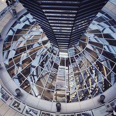 Cúpula de vidro do Reichstag - Alemanha  A Cúpula de vidro do Reichstag é a atual sede do Parlamento Alemão. Ela chama a atenção dos turistas por causa de sua beleza e arquitetura moderna  #travel #traveling #visiting #instatravel #instago #instagood #trip #photooftheday #travelling #tourism #tourist #instapassport #instatraveling #mytravelgram #travelgram #travelingram #gootur #viagem #love #life #lol