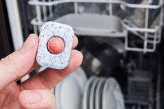 Opvasketabs er ikke kun brugbart til vaskemaskinen – faktisk kan den lille klump gøre underværker for dit toilet og din skraldespand. Læs med her og få de gode tips.