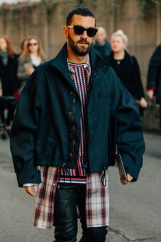 The Best Street Style from Milan Fashion Week Check out all of the crossbody bags, puffer jackets, and swervy topcoats you can handle from the Fall/Winter 2018 shows in our exclusive street style gallery. Latest Mens Fashion, Trendy Fashion, Man Fashion, Work Fashion, Fashion Guide, Style Fashion, Winter Fashion, Fashion Sites, Cheap Fashion