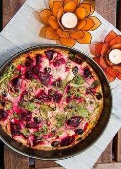Rödbetspaj med getost och svarta oliver Food Fantasy, Hawaiian Pizza, Beets, Paella, Vegetable Pizza, Quiche, Recipies, Food And Drink, Veggies