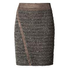17fae4e82306dd Taupekleurige rok met suedine details. De rok is uniek door het bijzondere  materiaal en de scheve bies aan de voorkant.  trends  fashion  winter  skirt