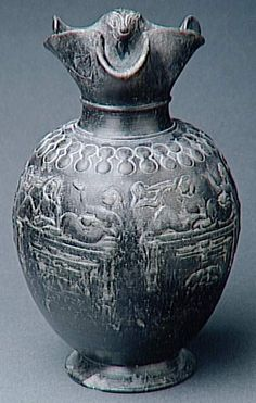 Oenochoé étrusque en bucchero, embouchure trilobée et décor estampé : banqueteurs, Chiusi (origine), 560-540 av. J.-C.