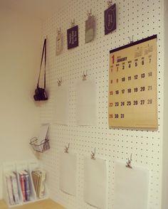 いいね!580件、コメント43件 ― RIEさん(@houseku2016)のInstagramアカウント: 「おたよりコーナー* . 最近、おたよりコーナーを見直しました◎ パントリーの一角にわたし用のカウンターを作ってもらい 壁一面を#有孔ボード に .…」 Peg Wall, Magnetic Wall, Interior Garden, Room Interior, Pegboard Organization, Tiny Shop, Diy Tv Stand, Diy Garage, Diy And Crafts