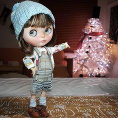 Terminamos de poner nuestro arbolito de navidad, es un hombre de nieve gigante!! ❄⛄❄⛄❄⛄ Our Christmas tree is a giant snow man!! do you like it? _________________________ #sonydolls #blythe #blythedoll #customblythe #custombysony #dollstagram #dollcollector #sweetgirl #lovely #bonecas #muñecas #poupée #dollphotography #dolls #holydays #weloveblythe #christmastree #christmas #snowman #blythestagram #instablythe #instadoll #blytheaday #Noa