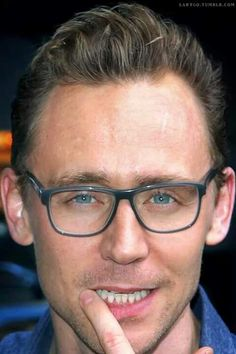 Tom Hiddleston siendo hot