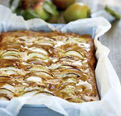 Svampet æblekage med karamelsauce
