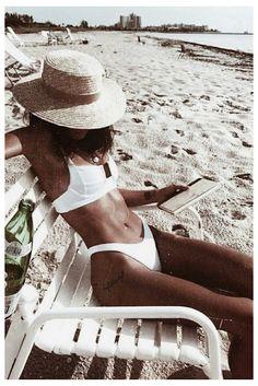 white bikini on the beach! white bikini on the beach! Summer Of Love, Summer Looks, Summer Style Beach, Summer Sun, Summer Beach Outfits, Cold Beach Outfit, Beach Bum Style, Beach Look, Outfit Summer