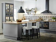 une jolie cuisine avec ilot central ikea gris avec parquette gris