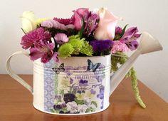 Flores2Home, regadera con pensamientos con flores en combinación de colores.