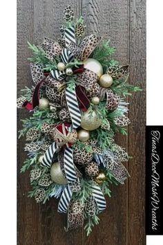 Front Door Christmas Decorations, Christmas Front Doors, Ribbon On Christmas Tree, Christmas Swags, Christmas Crafts, Christmas Ideas, Christmas Topper, Burlap Christmas, Christmas Games