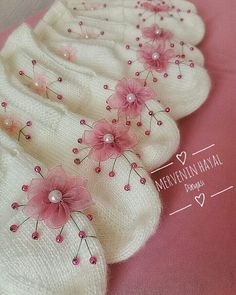 Crochet Socks Pattern, Crochet Shoes, Baby Knitting Patterns, Crochet Crafts, Crochet Projects, Balerina, Knitted Slippers, Knitting Socks, Fabric Painting