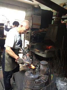 台南。振利工具店。 為了林百貨裡看見的餐具跑到這邊來,結果老闆人很親切,讓我進來參觀打鐵和現在已經不生產的手動鼓風爐。