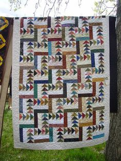 Rail fence pattern where one of the strips is flying geese. - Rail fence pattern where one of the strips is flying geese. Scrappy Quilt Patterns, Sampler Quilts, Patchwork Quilting, Scrappy Quilts, Easy Quilts, Rail Fence Quilt, Modern Quilt Blocks, Postage Stamp Quilt, Flying Geese Quilt