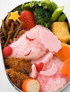 I love seeing 'Westernised' bento lunches; Here's a bento box featuring a pink poodle! Cute Food Art, Amazing Food Art, Food Art For Kids, Japanese Food Art, Japanese Lunch, Japanese Treats, Japanese Style, Bento Kids, Bento Food