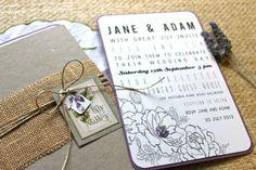 ► Invitaciones hechas a mano, con lavanda, arpillera fina, y tonos morados. #invitaciones #bodas