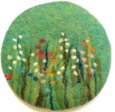 Sitzkissen aus Filz *Gras und Blumenwiese*. Ca Ø 36 cm, rund, ca 2.5 cm dick.  Superschönes Kissen! Das Kissen ist nicht nur sehr dekorativ auf jedem Stuhl und auf jeder Bank, man sitzt auch...