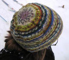 Lue i flerfarget garn - strikket fra toppen og ned: oppskrift