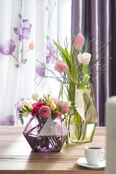 #Romantische #Pastelltöne wie in einem #Gemälde. Klassische #Blumenauswahl, ausgefallene #Vasenoptik – so hält der #Frühling im Handumdrehen Einzug in die eigenen vier Wände.