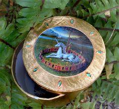 Cajita de cartón, decorada artesanalmente. Puede servir para joyero, para un regalo especial, para guardar los pequeños tesoros...