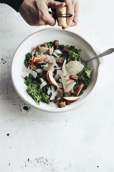Autumn salad with kale, apples and croutons - Summer sur le vif Good Food, Yummy Food, Tasty, Food Porn, Salad Recipes, Healthy Recipes, Clean Eating, Healthy Eating, Sweets