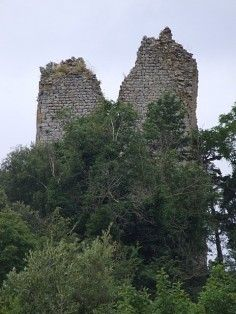 """La ruine du château de Montemiccioli est perdue dans un lieu """"presque inconnu"""". Il faut une bonne carte et un peu de chance pour la trouver. Mais si le miracle opère, la visite est unique !"""