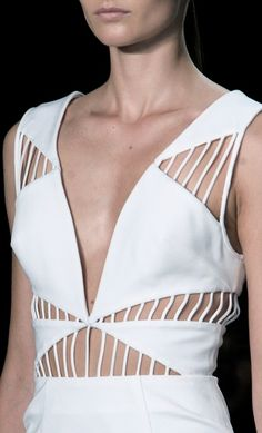 White dress with use of line, shape & symmetry; structured fashion details // Cushnie et Ochs