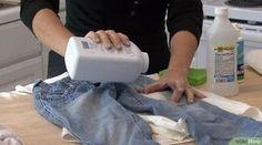 Come lavare gli abiti a secco: grazie ad un mix di bicarbonato di sodio, aceto e acqua frizzante, i vestiti tornano come nuovi senza andare in lavanderia